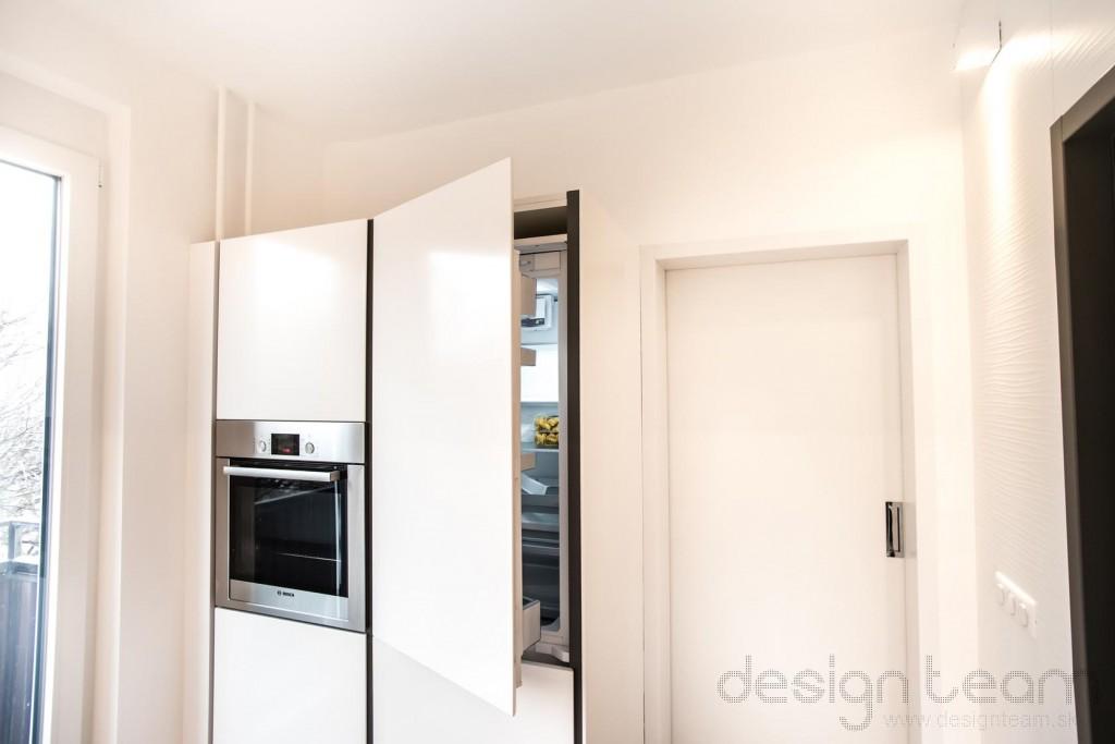 Vstavaná kombinovaná chladnička a vstavaná rúra.