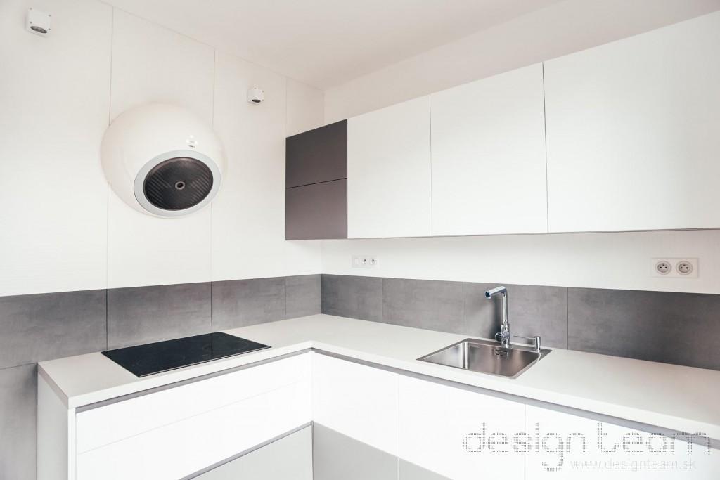 Rohové usporiadanie kuchyne umožňuje najlepšie využitie pracovných plôch.