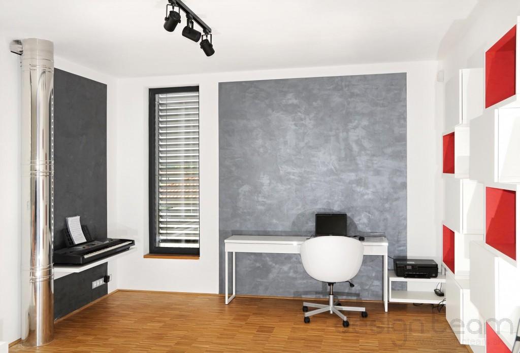 Realizácia interiéru, dekoračná stierka na stene tvorí dominantu priestoru.