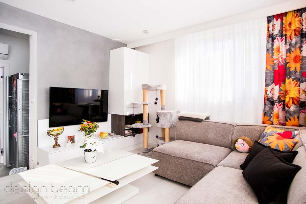 Vďaka decentným farbám na nábytku a stenách vyniknú závesy a doplnky klientky.