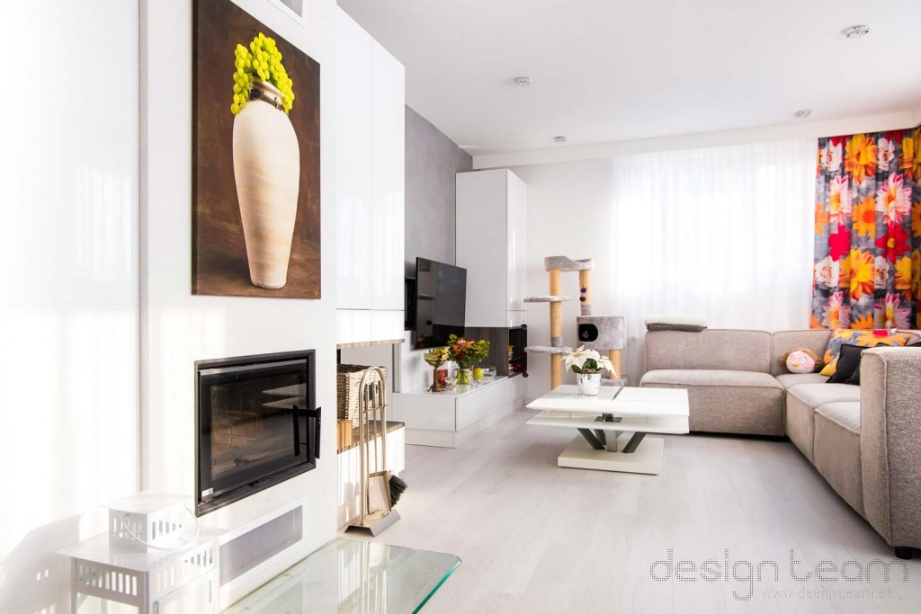 Obývačka nadväzuje skrinkami na krb a kuchyňu.