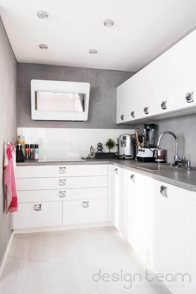Kvôli malej kuchyni sme radšej presunuli elektrickú rúru do chodbičky k chladničke.