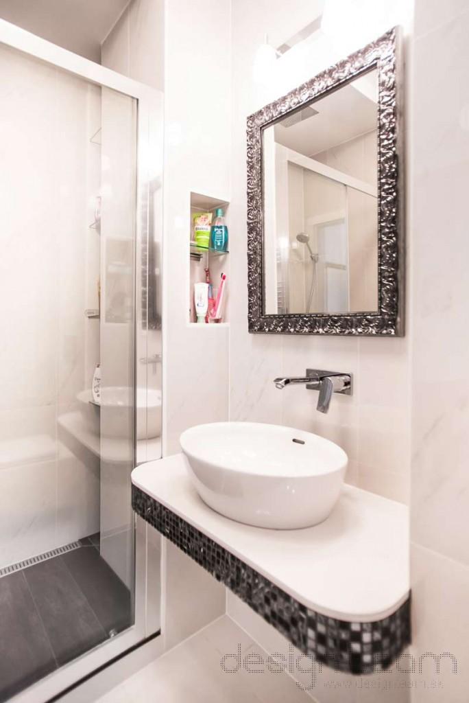 Niky nad umývadlom skryjú nevyhnutné drobnosti. Taktiež v sprchovom kúte a vedľa toalety sme vytvorili odkladací priestor.