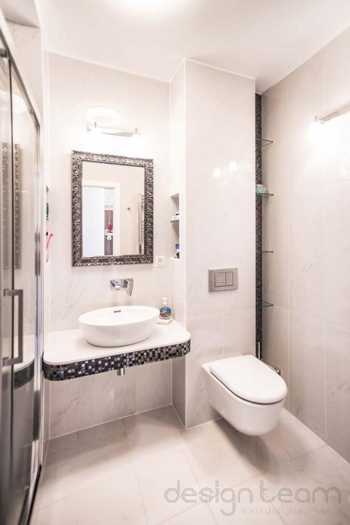 V malej kúpeľni sme použili svetlý obklad s mramorovým vzhľadom. Línie sme zvýraznili mozaikou, dlažba v sprchovom kúte imituje tmavé drevo.
