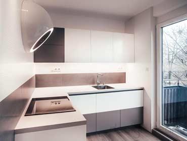 Malá biela kuchyňa v trojizbovom byte